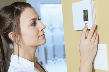 woman-set-the-thermostat